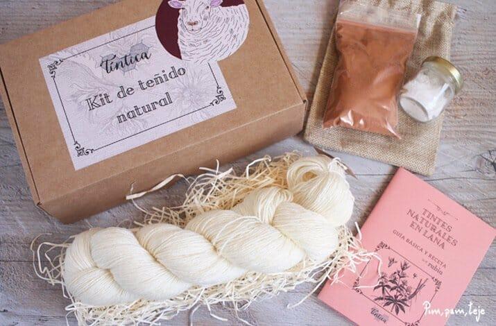 Tiñe madejas de forma artesanal
