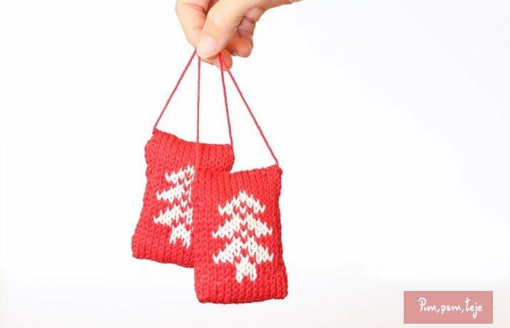 Patrón para tejer una adorno de navidad para el árbol.
